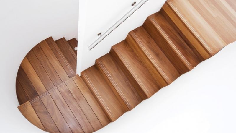 Come rendere una superficie antiscivolo, soluzioni per gradini e pavimenti