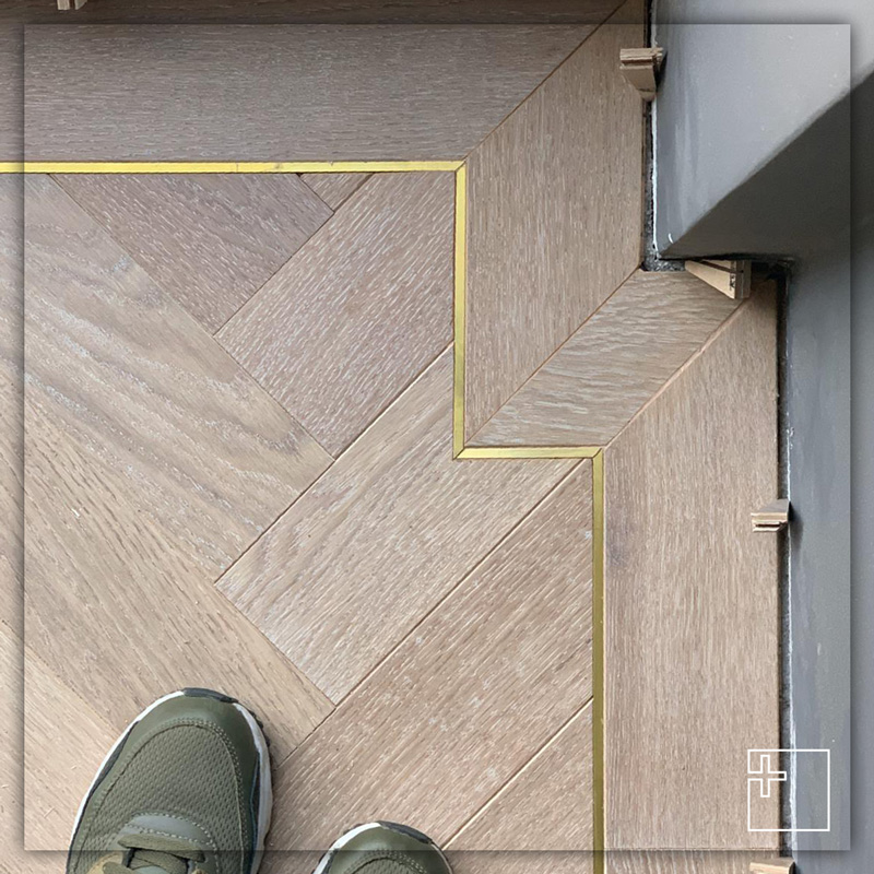 Profilo Linetec AD in ottone con pavimento in legno