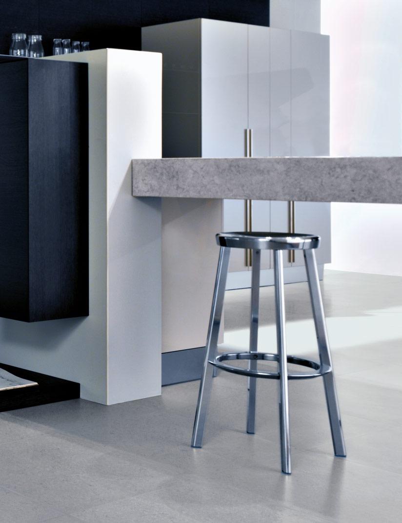 Il profilo angolare per piastrelle Roundjolly RJ con finitura avorio in un piano bar moderno