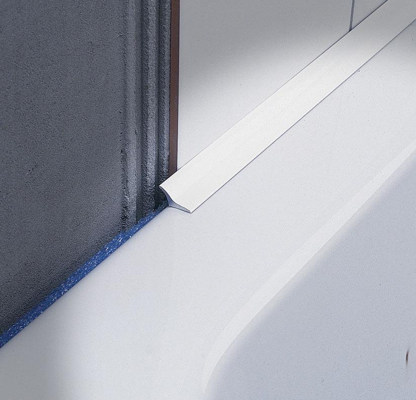 La sguscia igienica Sanitec SB 20, uno dei profili angolari di giunzione tra muro e pavimento