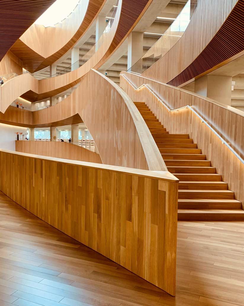 Ambiente commerciale con gradini in laminato
