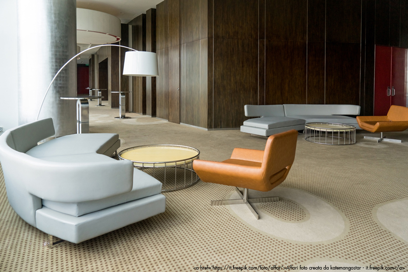 Hall di un hotel con pavimento in moquette