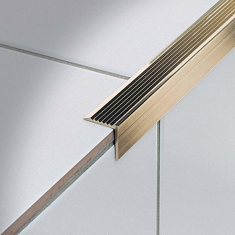 Il profilo adesivo per gradini Stairtec AE nella finitura in ottone lucido