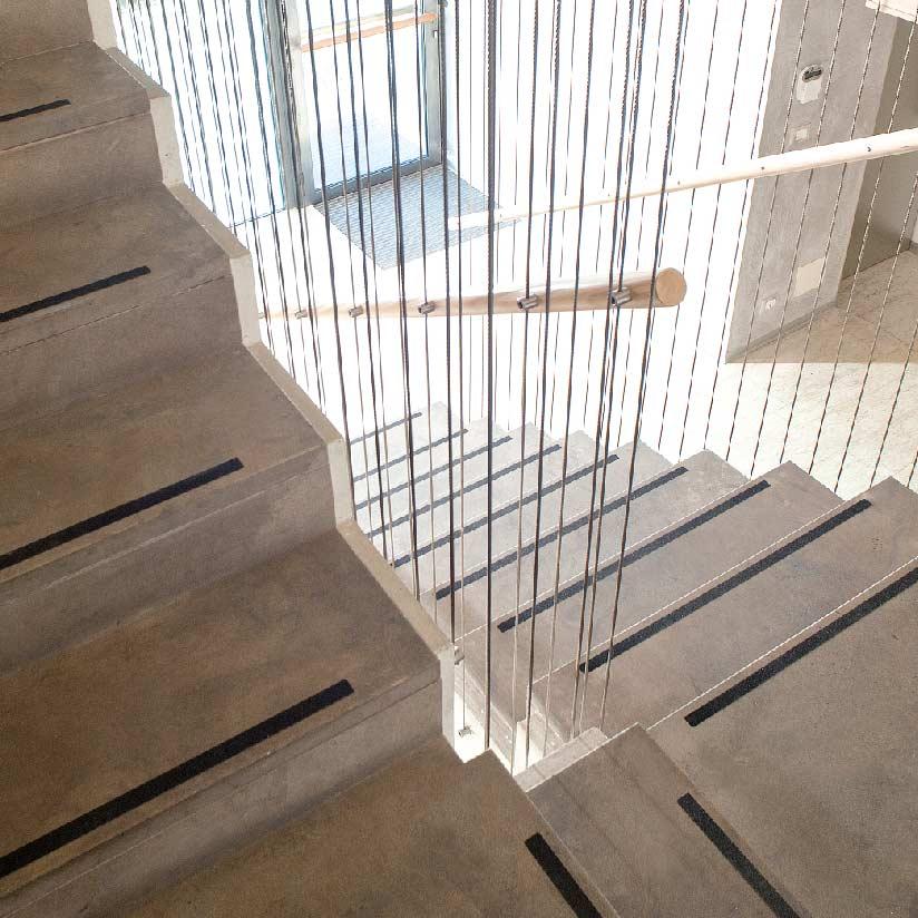Delle scale moderne con una striscia di carborundum adesivo in ogni gradino